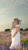 Zwanger meisje in lilac kleuren Stock Afbeeldingen