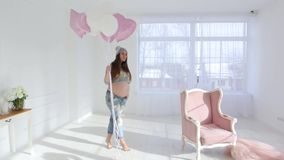 Zwanger meisje met ballons stock video