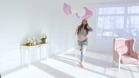 Zwanger meisje met ballons stock footage