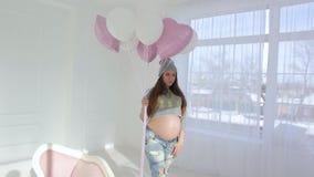 Zwanger meisje met ballons stock videobeelden
