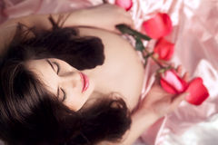 Zwanger meisje met bloemen royalty-vrije stock foto's