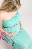 Zwanger meisje op een stoel Stock Fotografie