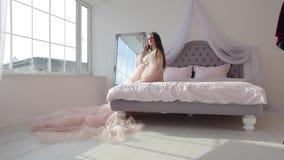 Zwanger meisje in roze kleding stock footage