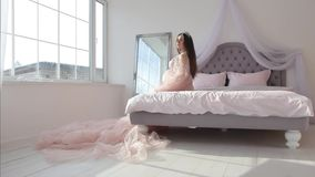 Zwanger meisje in roze kleding stock video