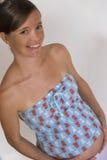 Zwanger meisje tegen wit ba Stock Foto's