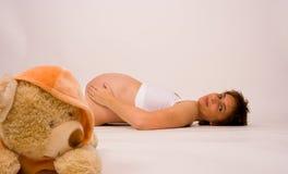 Zwanger met beer Royalty-vrije Stock Afbeeldingen