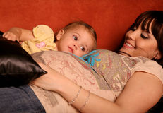 Zwanger Moeder en Kind Royalty-vrije Stock Afbeeldingen