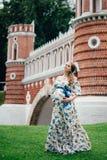 Zwanger mooi meisje in kleurrijke kleding in aard Stock Foto