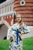 Zwanger mooi meisje in kleurrijke kleding in aard Royalty-vrije Stock Afbeelding