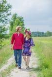 Zwanger paar die in aard koesteren Royalty-vrije Stock Fotografie