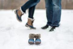 Zwanger paar die hartelijk in de winter zijn stock afbeelding