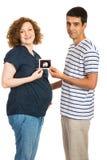 Zwanger paar die ultrasone klankfoto tonen Royalty-vrije Stock Afbeeldingen
