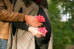 Zwanger paar die voor tweelingen wachten op Stock Foto