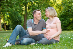 Zwanger paar in het park Royalty-vrije Stock Foto's
