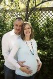 Zwanger paar in liefde royalty-vrije stock afbeeldingen