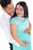 Zwanger paar in liefde stock foto's