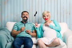 Zwanger paar met valse snorren Stock Foto