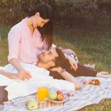 Zwanger paar op picknick Royalty-vrije Stock Fotografie