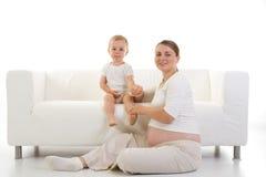 Zwanger vrouw en kind Stock Fotografie