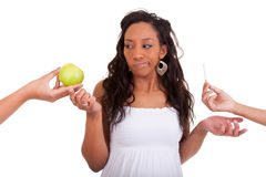 Zwangere Afrikaanse Amerikaanse vrouw die het kiezen van sigaretnd weigeren Royalty-vrije Stock Foto