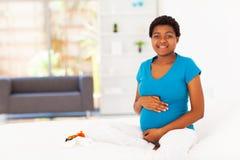 Zwangere Afrikaanse vrouw Stock Afbeeldingen