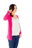 Zwangere Aziatische die vrouw bij het witte schreeuwen wordt geïsoleerd Royalty-vrije Stock Foto's