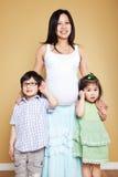 Zwangere Aziatische moeder en haar jonge geitjes Stock Fotografie