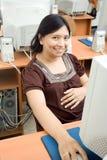 Zwangere Aziatische vrouw die aan computer werkt Royalty-vrije Stock Foto