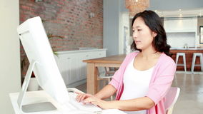 Zwangere Aziatische vrouw die computer met behulp van stock video