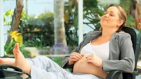 Zwangere bedrijfsvrouw stock video