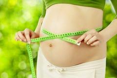 Zwangere buik, de maag van de vrouwenmaatregel. Prenatale gezondheidszorg Royalty-vrije Stock Fotografie