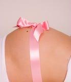 Zwangere buik die als gift wordt voorgesteld Royalty-vrije Stock Afbeeldingen
