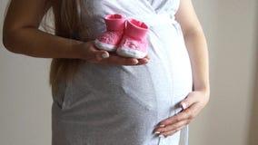 Zwangere de babybuiten van de vrouwenholding Zwanger meisje Meisje wat betreft zwangere buik stock videobeelden