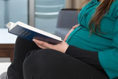 Zwangere de Studie Godsdienstige Tijd van de Moederbijbel royalty-vrije stock afbeeldingen