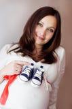 Zwangere en blauwe schoenen Stock Foto's