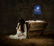 Zwangere Mary Leaning op Trog Stock Afbeeldingen