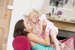 Zwangere moeder in de dochter van de woonkamerholding stock fotografie