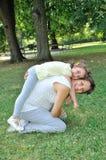 Zwangere moeder en dochter die pret hebben Royalty-vrije Stock Afbeeldingen