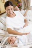 Zwangere moeder met baby in het ziekenhuis het glimlachen