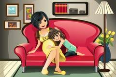 Zwangere moeder met haar dochter Stock Fotografie