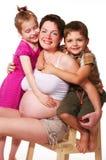 Zwangere moeder met haar jonge geitjes stock foto