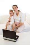 Zwangere moeder met kind royalty-vrije stock afbeeldingen