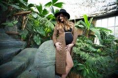 zwangere mooie jonge vrouw in een hoed royalty-vrije stock foto