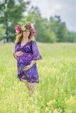 Zwangere mooie vrouw in de zomerdag Royalty-vrije Stock Foto's