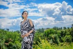 Zwangere mooie vrouw in de zomerdag Stock Afbeelding