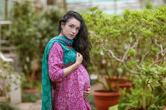 Zwangere mooie vrouw in de zomerdag Stock Fotografie