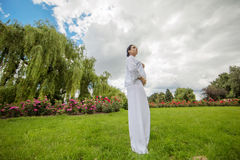 Zwangere mooie vrouw in de zomerdag Royalty-vrije Stock Foto