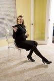 Zwangere onderneemster met celtelefoon Royalty-vrije Stock Foto