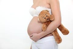 Zwangere teddy vrouwenholding royalty-vrije stock afbeeldingen