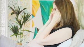 Zwangere vrouw in bed stock videobeelden